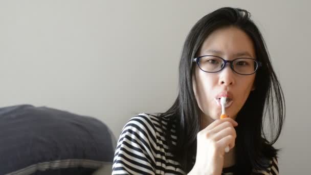 Roztomilá dívka čistit zuby ráno.