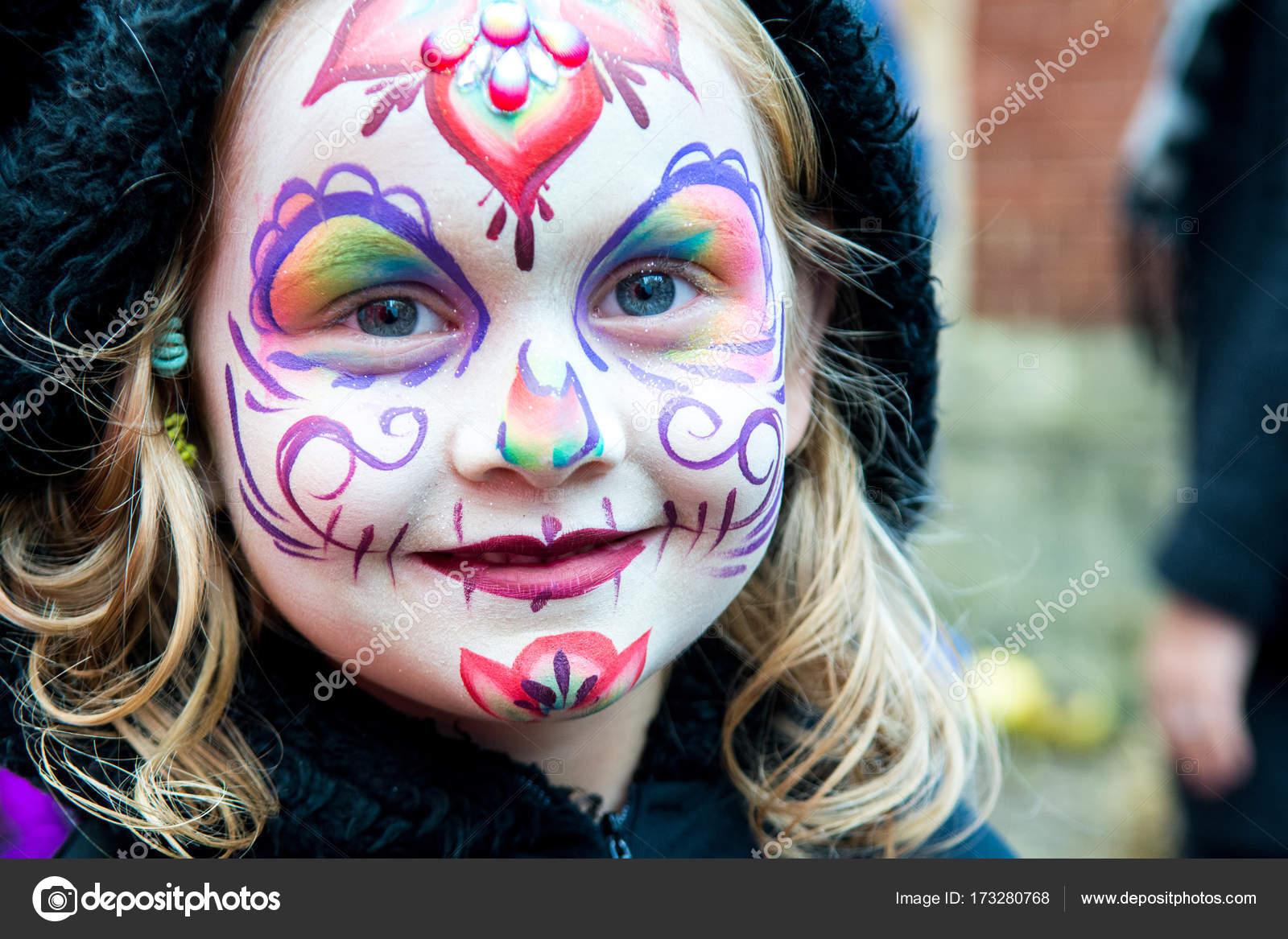 Genç Kız Güzel Ama Korkunç Yüzü Boya Ile Stok Foto Tommoh21