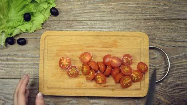 Zenske ruce se Řecký salát recept