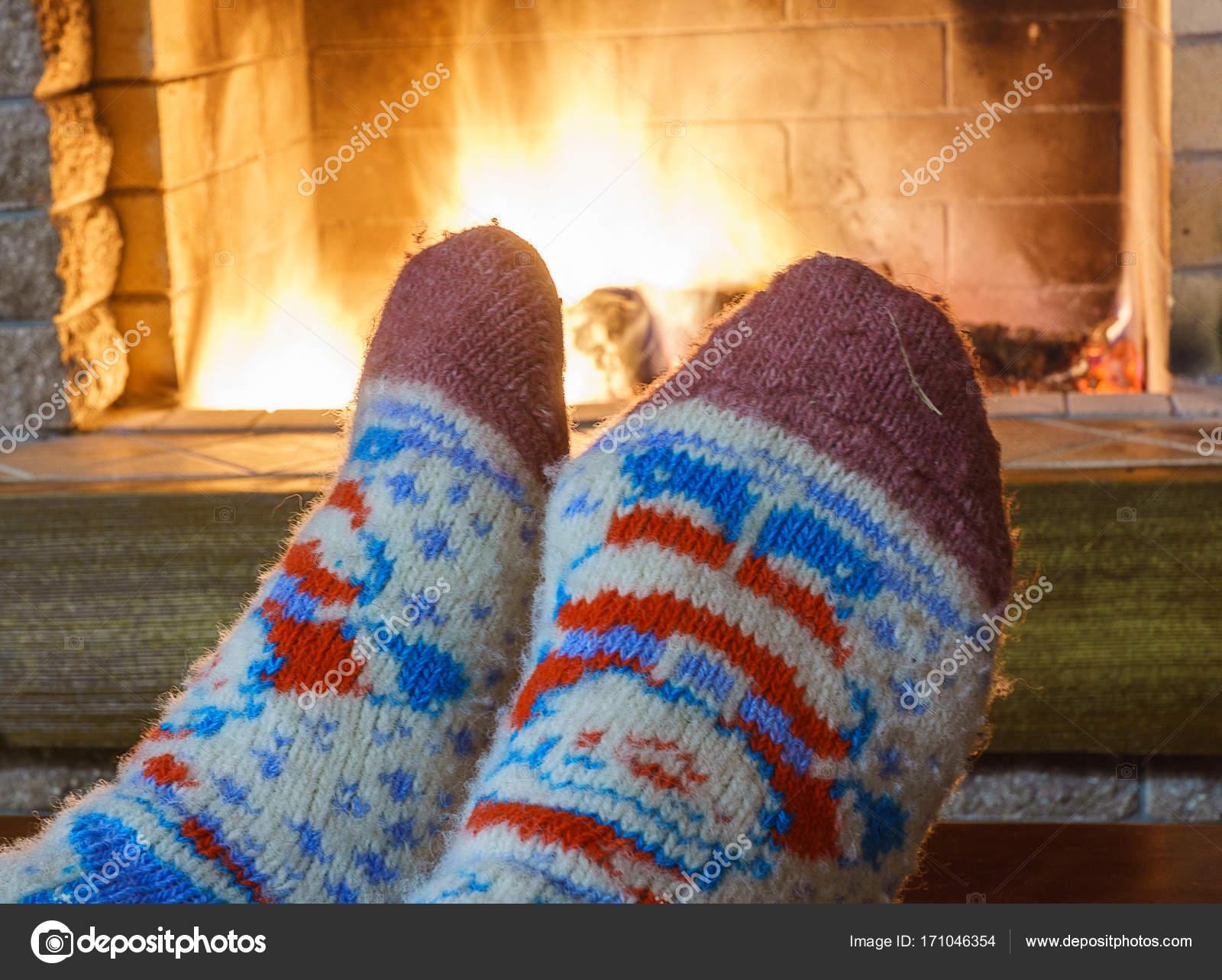 7974c51bc79 Pieds de l homme en chaussettes   devant la cheminée dans la maison ...
