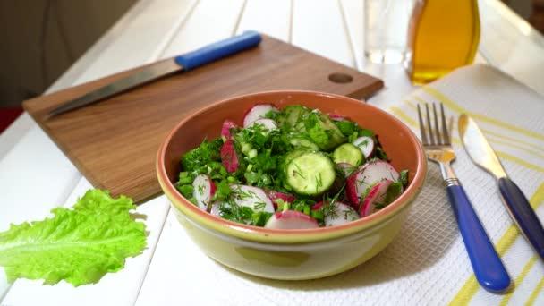 Lépésről lépésre. Elkészítésének folyamata mix saláta otthon. Ez komoly. Olívaolaj hozzáadása.