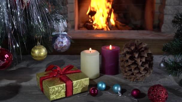 Svíčky, dárkové krabice a hračky před Novým rokem a útulný krb ve venkovském domě, dovolená.