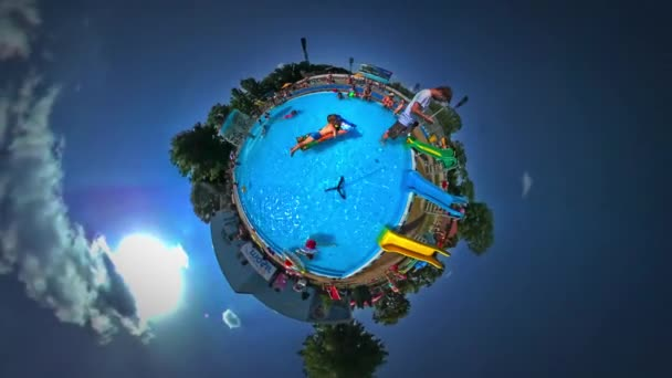 Kleinen winzigen Planeten 360 Grad Kinder Vater Aqua-Park in Opole Kinder Jugend Tag schwimmen mit Gummiring Luftmatratze im Pool sonnige Tagestour nach Polen