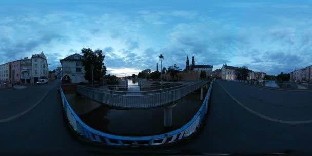 360vr Video mužů den Opole pronájem most u soumraku lidí jsou chůzi Opole město na řece automobily staré budovy od Oder střílení během modré hodiny večer