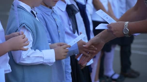 Děti se začátkem školy blahopřeje