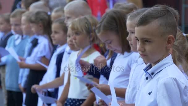 Dívky a chlapce po zahájení obřadu studenti
