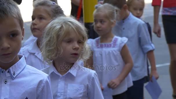 Začátek ve škole. Děti jdou do školy