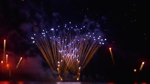 Sparks střelbu a létání všude Sky tvorby vedla vlákna jako vzory barevné jiskry mizí v obloze romantický večer pumpování peněz
