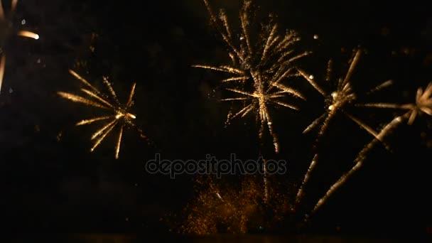 Krásný ohňostroj událost ve velkém výbuchu emocí záblesky světla v Dark Sky Romantický večerní školy maturitní Zpomalený pohyb venku