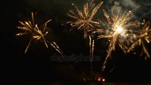 schönes Feuerwerk Feier im großen Stil Lichtblitze in den dunklen Himmel romantischen Abend Schulabschluss Explosion der Emotionen Zeitlupe