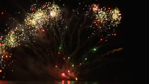 Úžasnou oslavu ohňostroj ve velkém měřítku záblesky světla v Dark Sky Romantický večerní školy maturitní exploze emocí zpomalené