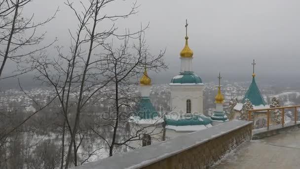 Pohled na klášter z Top platforma Svyatogorsk svaté hory lávře jeskyně klášter v zimě jedle stromy krajiny oblačno sněžení pravoslavné církve