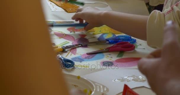 Děti Malování fixy výroba hračky papír žirafy lidí odpočívá angažované umění v učebně, které rodiny šťastných lidí sedí u přepážek