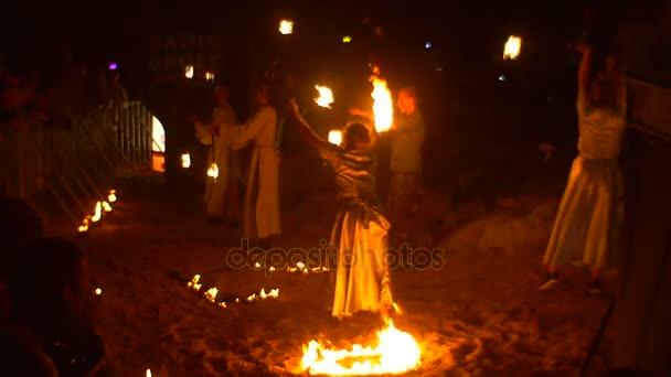 Lidé shromáždili na na mýtině na pohled na ohňová Show