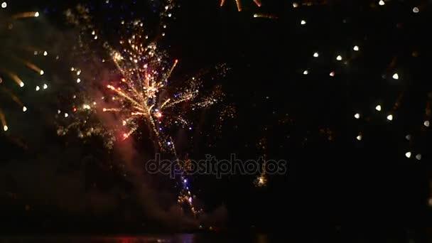 Ohňostroj je šumivé s Bright různé barvy drahé dárek pro milovanou žena Romantický večer exploze emocí hluku světla a mraky kouře