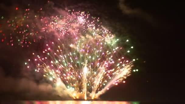 Úžasný ohňostroj v Led vlákna podobě jasné záblesky světelnou Show s ohněm pyrotechniky zařízeními ve všech jeho sláva V-Day oslava vyhazovat peníze