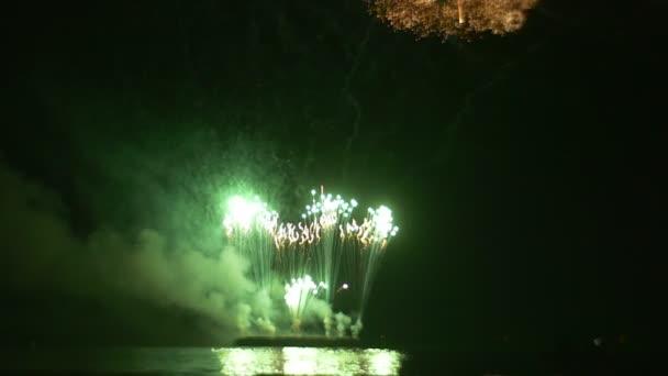 Soutěžní přehlídka ohňostrojů jako exploze na Oilship munice, výbuch na lodi pyrotechniky záblesky světla oblaka kouře vítězství den oslav