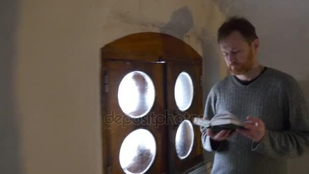 Snel schieten binnen de witte lange corridor grot klooster toerist