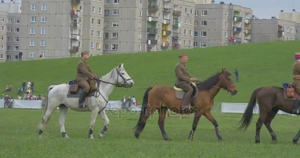 Polská vlajka den v Opole Edge City Green Meadow Kids a vojáků na koních koně zábavní slavnost lidí v autentické Vintage vojenské uniformě