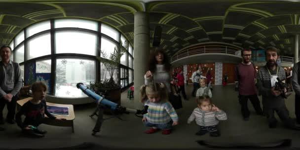 360 vr Video Vánoce v Kyjevě Master třídy děti jsou při pohledu do dalekohled pobavení pro děti a rodiče rodinné víkendy na centrum děti umění