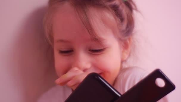 Malé dítě hraje s Tablet ukazuje její Milkteeth Kid je rádi volné mléčný zub červené vlasy pihovatý dívka je usmívající se primární zuby Kid představuje zubní víla