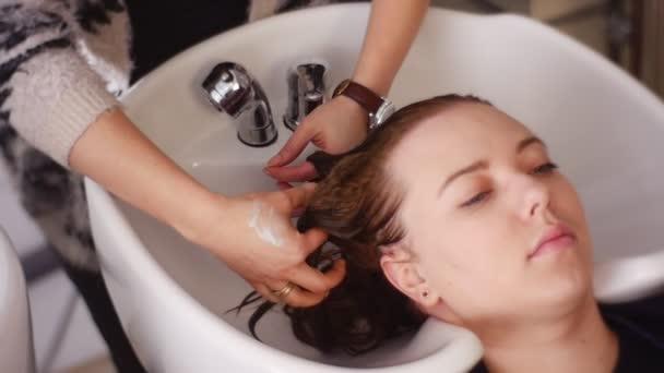 Kadeřník pracující s klientem pro ozdravení vlasů