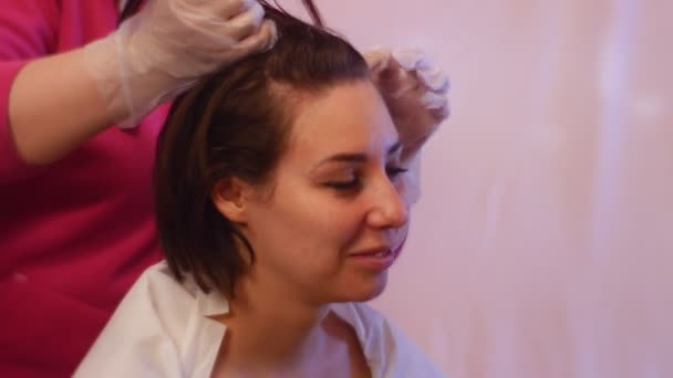 Stylist Massaging Client\'s Head Before Dyeing Haircolor Tips and ...
