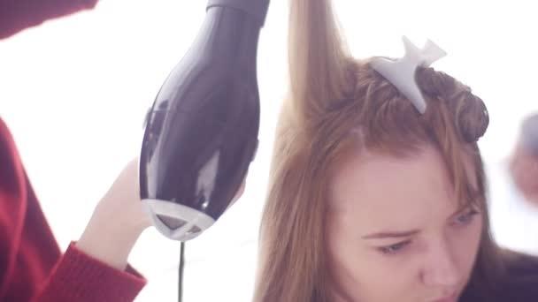 Ügyfél szőrszálak rögzített a Clip haj stílus kezelés tippek és trükkök sérült hajat visszaszerzés profi Stylist így haj sima és egészséges szalon