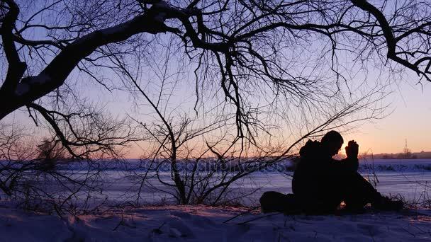 Mužské siluetu na pozadí zimní Sunset