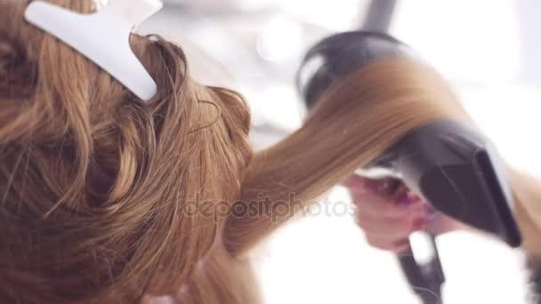 Sušení Techlique stylista pomocí Round hřeben chlupy Top je oříznut do vlasů léčby podle Professional kadeřnice fén Styling poškozují vlasy konečky vlasů