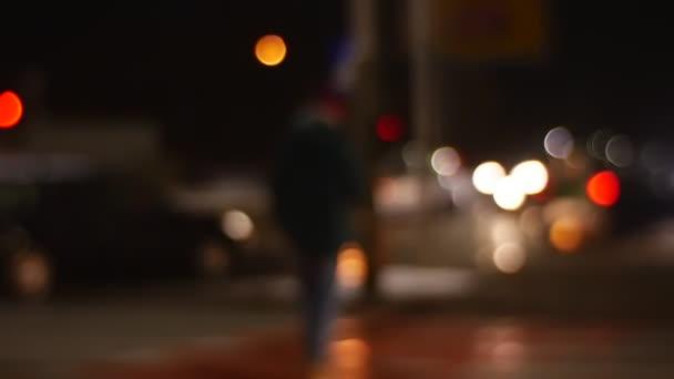 Telecamera segue offuscati uomini Crossing Road camminando pedonale Crosswalk invernale Silhouettes di strada a piedi in un paesaggio urbano Panorama programma fitto di appuntamenti di fretta
