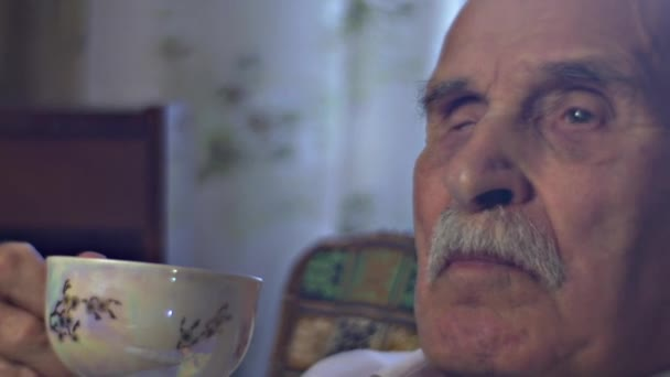 Old Man Looking up bevande tè gode la Coppa Vintage cena presso del padre di rugoso nonno volto accogliente soggiorno casa famiglia valori Memories