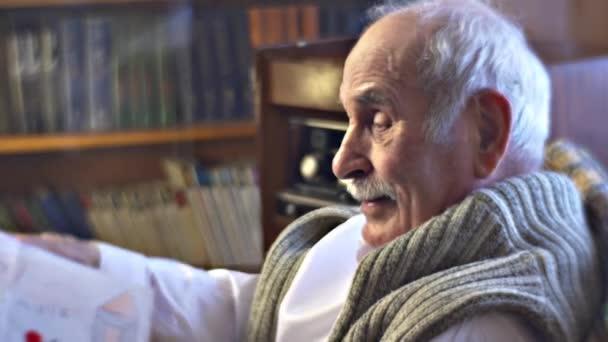 Dědeček přehlídky dětské kresby pro návštěvníky si pamatuje jeho vnoučata rodina sešli na dědečka místo retro interiér domu