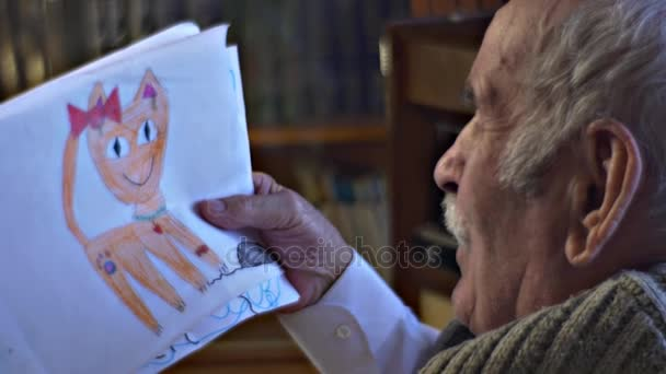 Dědeček se dívá na dětské kresby Red Cat obrázek vnoučata starat o Stařec udělal dárek pro mu milující rodinu rodičovské domů Vintage interiéru