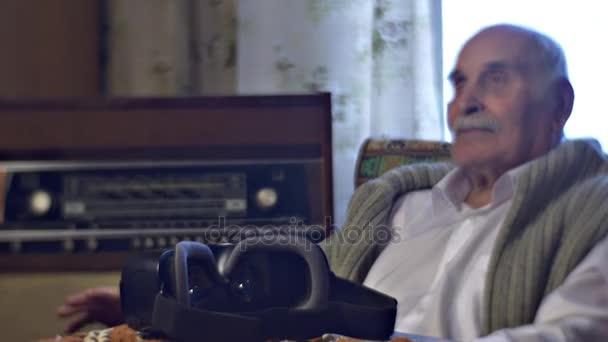 Vecchio è ascoltando musica su Retro Radiogram moderna vr che auricolare è sul tavolo luomo Mi piace Vintage mobili Sweet Memories Honorable nonno a casa