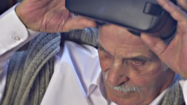 Bělovlasý muž bere z futuristické 360 vr brýle rodina ukazuje moderní zařízení dědeček ctihodný dědeček je osamělé děti navštívit otce
