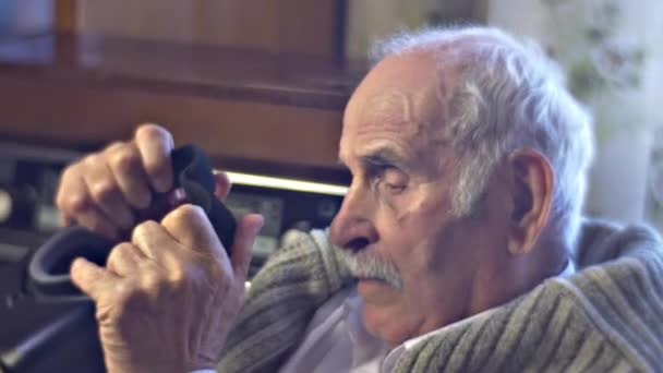 Zmatený dědeček valuty na vr brýle hrát hry nebo sledovat Video a zajímá Vás, k děti seznamuje Senior muž s the technologie Vintage interiér