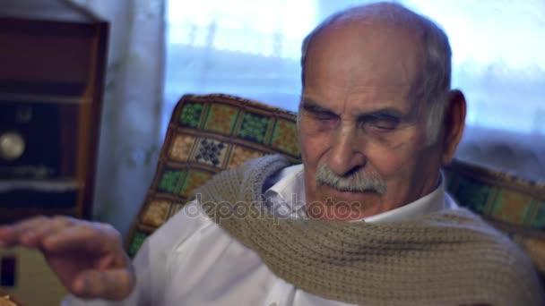 Öreg fehér inget vett régi könyv élvezi emlékek történet az Old Mans Life régi papírok nagyapja a hétvégén az ember az öregedés egyedül nosztalgia családi értékek