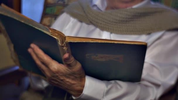 Si tiene le mani delluomo anziano, vecchio libro martellata libro copertina foto Album storia del vita Papers Senior vecchio vecchio gode di dolci ricordi ama la lettura