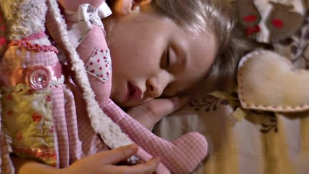 Zavřít pohled z roztomilé malé dítě si spát Měkké hračky králík nést cítil jelenů srdce nový rok dekorativní hračky Happy Kid má milující matku kdo je to švadlena