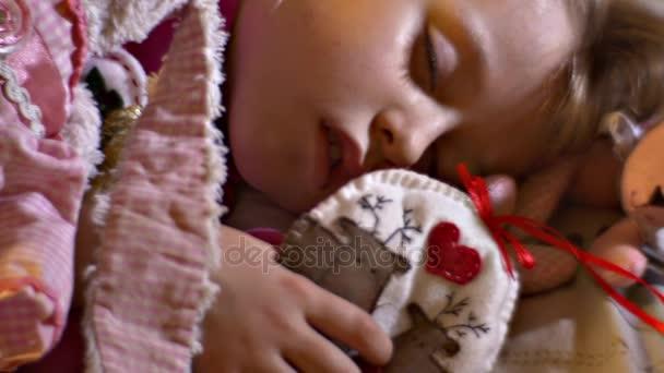 Kis gyerek, és ő aranyos varrt játékok, alvó gyermek ölelést ő szeretett plüssfigurákat nyúl, medve ruha öltözött úgy érezte, őzek Applied a szövet Szilveszter Toy