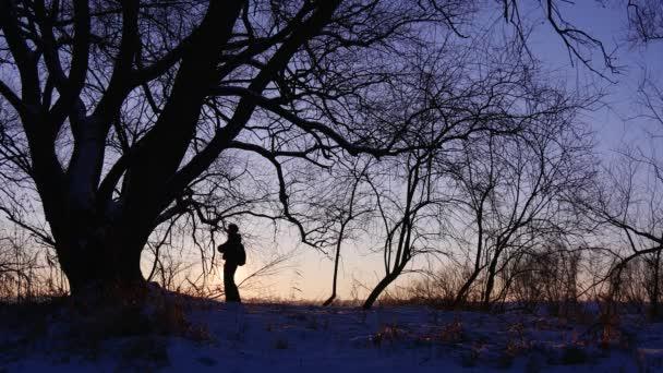 Cestovatel se těší krásné zimní krajiny