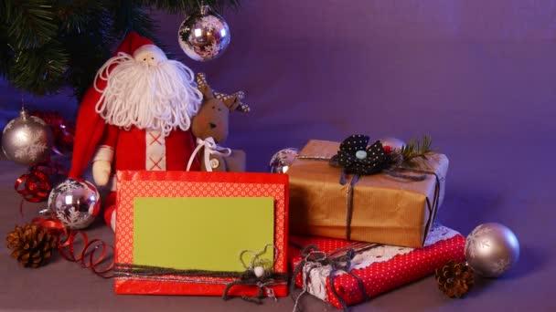 Ünnepi karácsonyi játékok Taken és tedd a fenyő, között őket két doboz, piros Santa, képkeret, kézzel készült golyó, fenyőtobozok, és így tovább