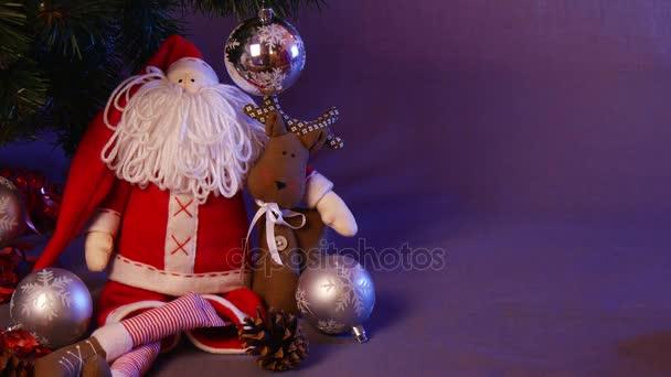 Mužské ruce dát slavnostní ručně vyráběné kapesní Foto rámeček, prezentace karty pod dekorovaný vánoční strom jedle, se spoustou šumivé koule