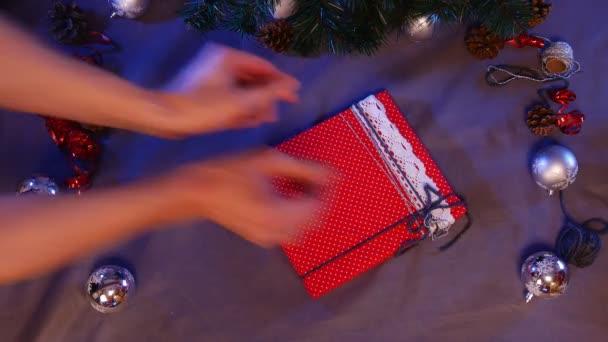 Kézzel készített játékok határozza meg a kör, piros dobozok és barna dobozok, karácsonyi ajándékok kerülnek, ez a kör belsejében