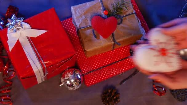 a kézzel gyártott fehér szív, az alatt a karácsonyfa hozott, egy piros doboz, barna doboz, egy piros szív, és a foltos doboz, ajándékok Kicsiknek.