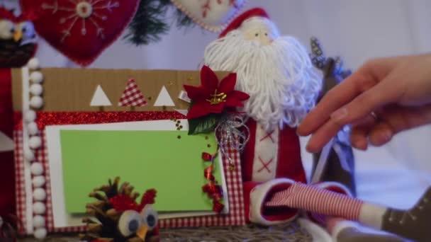 Dva fotorámečky s slavnostní vzhled jsou převzaty z pod vánoční stromeček, kde jsou umístěny spoustu jiných hraček