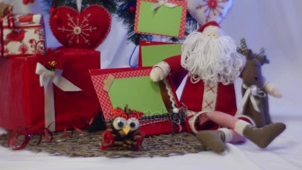 Nádherná kompozice z ruky bílým vousem, slavnostní fotorámeček červený Santa Clauswith sovy z Borové šišky, červená pole, vypadají skvěle