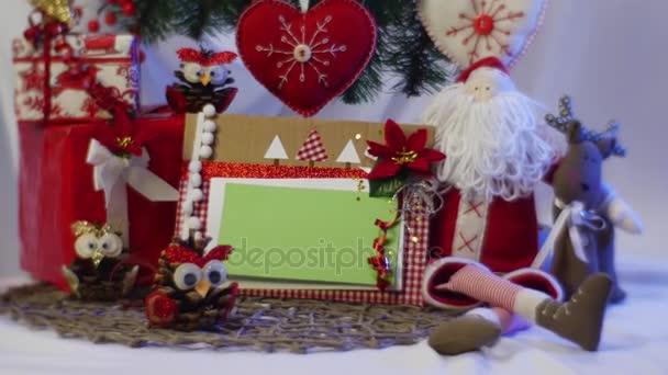 Slavnostní Box s foto rámeček je snímáno ženská ruka From Under vánoční jedle