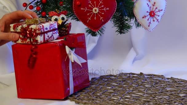 Ručně vyrobené Santa Claus je umístěn mezi jiné ručně vyrobené hračky jsou pod vánoční jedle strom